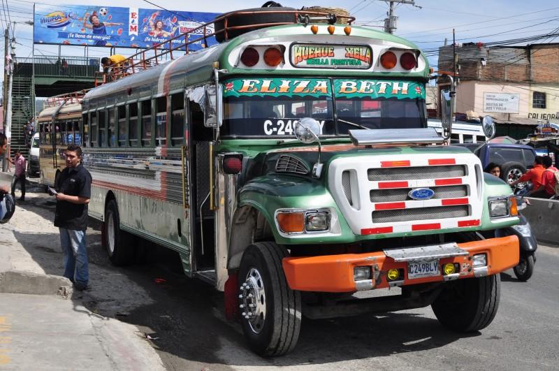 Klasický bus v Guatemale