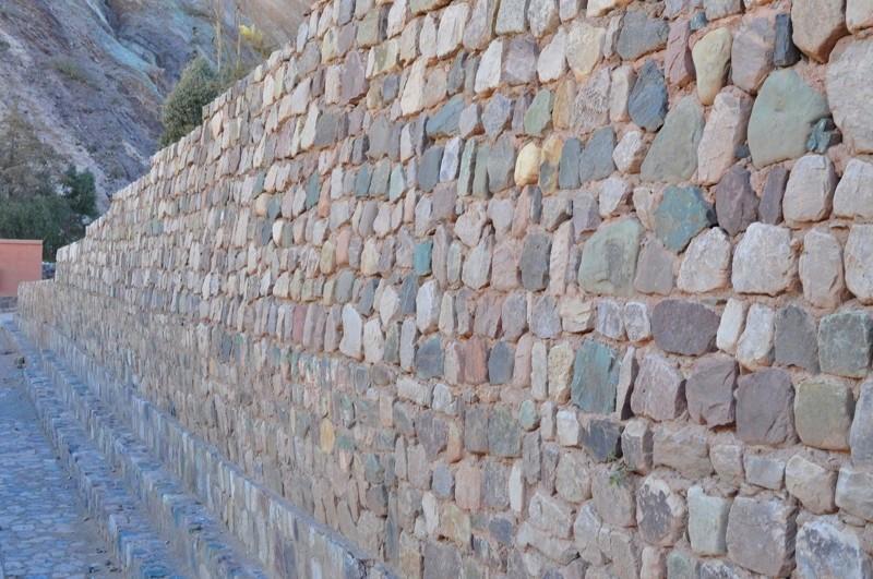 Barevná zeď - ze všech barev místních skal